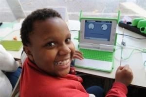Niño sonriendo con su laptop